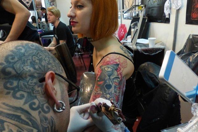 Todo el arte del tatuaje se desplegó en el Centro Cultural Fontanarrosa